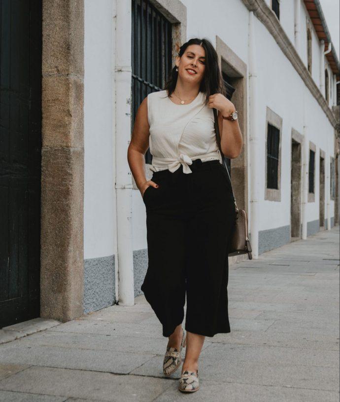 Neste segundo look, optei por combinar o Ripple top com umas calças cullote e uns loafers com padrão, o que resultou num look super elegante e clean.